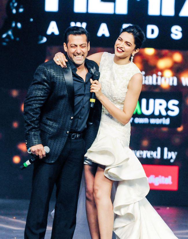 Deepika Padukone's Dress Stole The Show At The Filmfare Awards