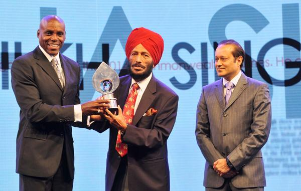 Carl Lewis gives Times of India Sports Award For Lifetime Achievement to Milkha Singh