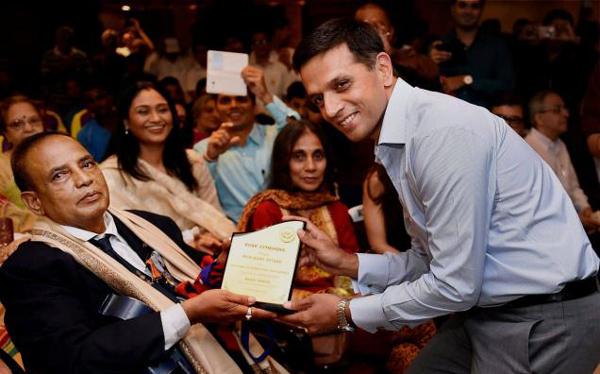 Muralikant Petkar honoured by Rahul Dravid