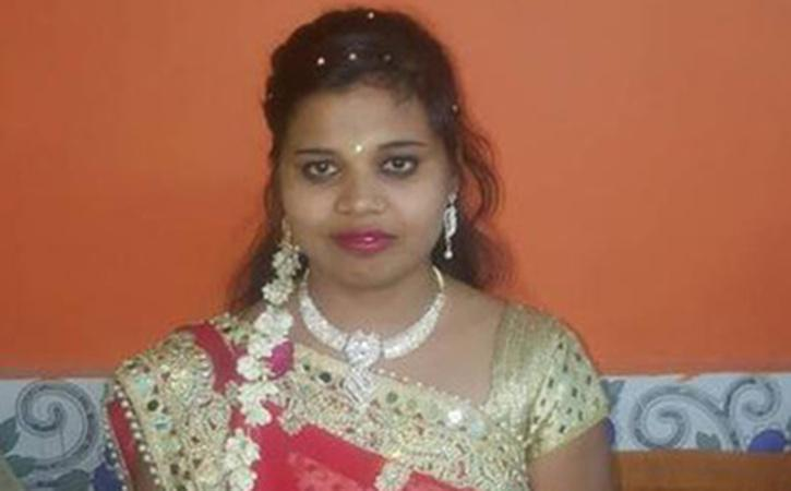 Woman Cheats Two Grooms After Marriage, Runs Away With Lakhs Of Rupees In  Gujarat