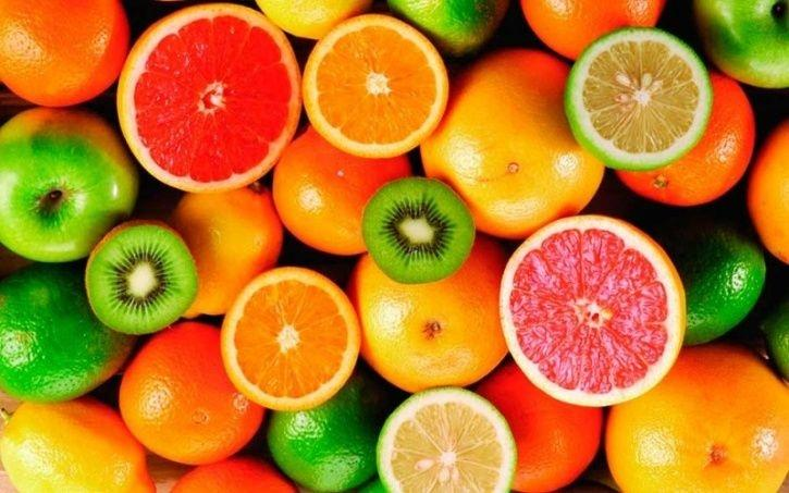 Citrus fruits Citrus fruits like grapefruit and lemon with their high vitamin C content and their flavonoids can keep you from going under the weather by bolstering your immune system. One whole grapefruit contains up to nearly 80 percent of the daily recommended dosage of vitamin C, while lemon can promote healthy blood vessels, gums, skin, and teeth and boost your immunity as well.