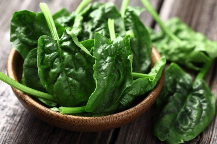 Spinach Similar to tomatoes, spinach also contains antioxidants that fight cancer causing free radicals. It is also loaded with potassium and vitamin C, which can help fight off infection and boost your immune system.