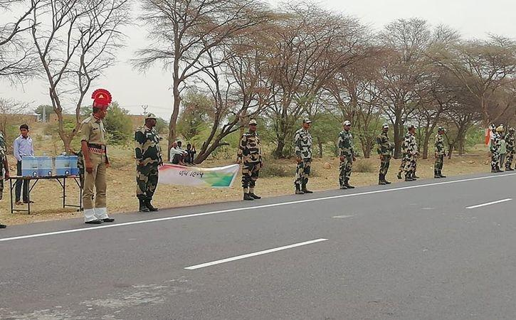 To Pay Tribute Martyrs 3 Lakh Rajasthan Citizens BSF Jawans Officers Formed 700 Km Human Chain