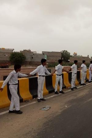 700Km Human Chain In Border Districts Pays Tribute To Martyrs