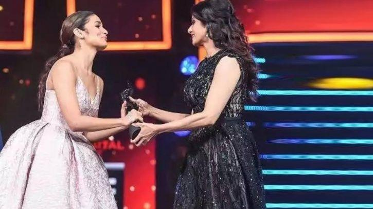 A picture of Alia Bhatt and Sridevi at Filmfare awards.