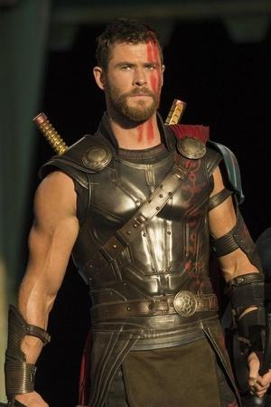 Chris Hemsworth Ryan Reynolds Joke About Swapping Superhero Roles But Fans Want A Crossover