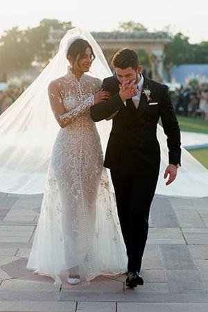 75Foot Veil 18Foot Cake PriyankaNicks Wedding Pictures Cause A Meme Storm On Internet