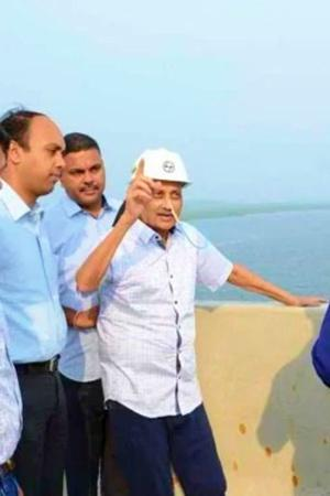 Ailing Goa CM Manohar Parrikar Inspects Bridge With Tube In Nose Twitterati Accuses Govt Of Photo O
