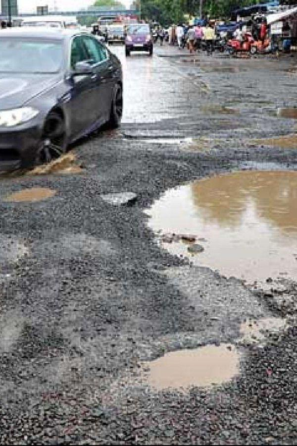 india_people_traffic_cop_traffic_police_potholes_rains_roads_deaths_accidents_1531652985.jpg