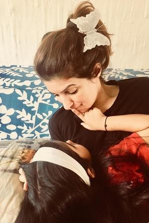 twinkle khanna with her daughter