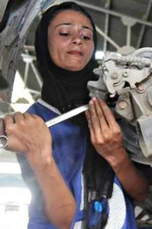 This 24YearOld Female Mechanic In Pakistan Is Shattering Patriarchy One Car At A Time