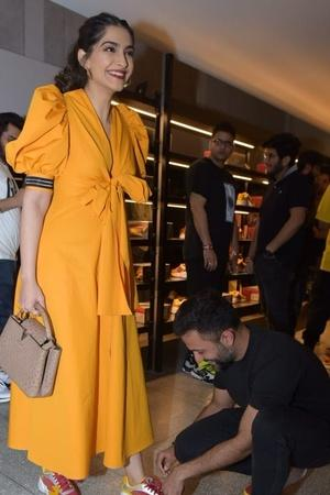 Ranveer carrying Deepikas sandles