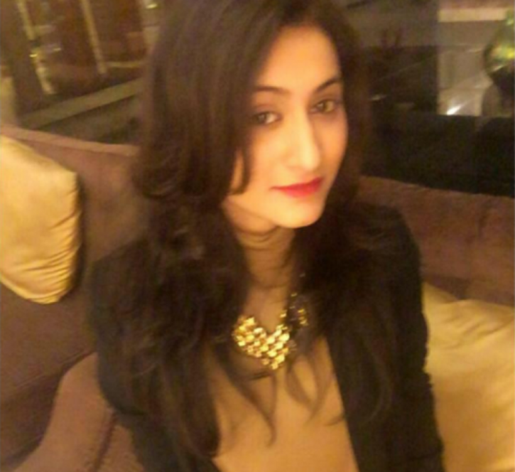 Struggling actress Pearl Punjabi commits suicide by jumping off the building.