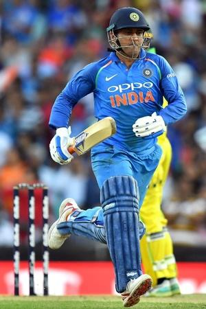 adam gilchrist spotted ms dhoni short run