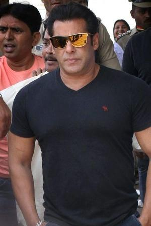 Salman Khans Doppelganger Spotted In Karachi His Uncanny Resemblance Has Left People Stunned