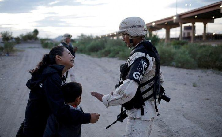 Guatemalan Mother Begging Soldier To Let Her Enter US