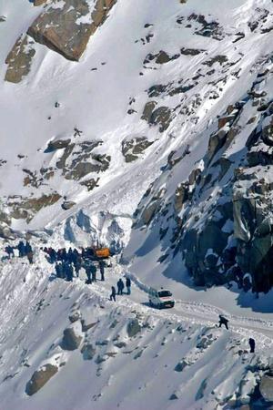 Landslide Near Manali Leaves 2000 Tourists Stranded