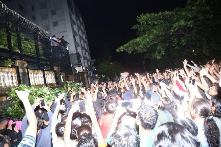 fans outside mannat on shah rukh khan