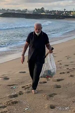 pm modi cleaning beach
