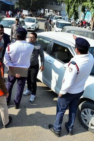 Traffic Police Challan Traffic Challan Police Cop Fined UP Police Cop Fined Uttarakhand News Tr