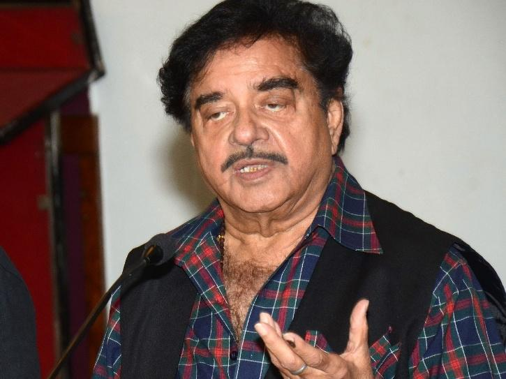 Shatrughan Sinha Takes An Indirect Dig At Akshay Kumar, Says Showbizz Is Turning Into
