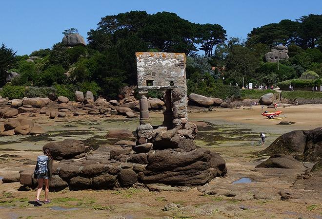 Ploumanac'h beach with the St-Guirec oratory