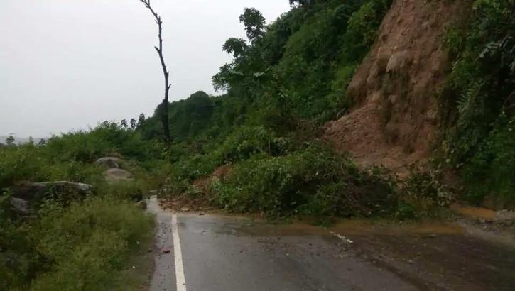 Munnar landslide damages roads