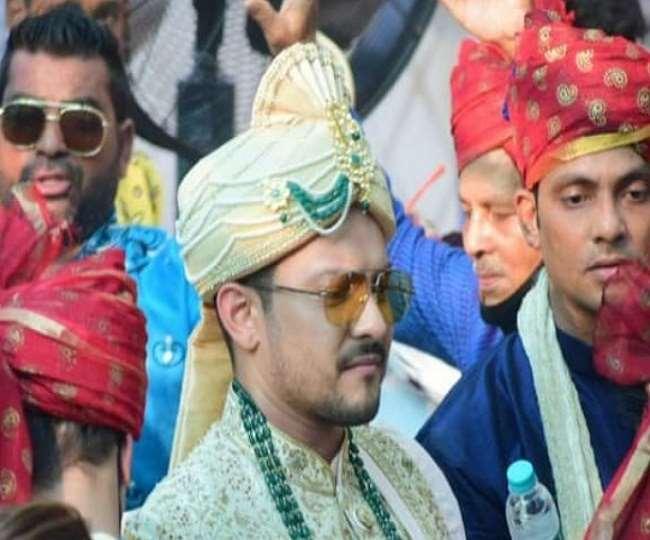 Aditya Narayan without a mask at his wedding / AN