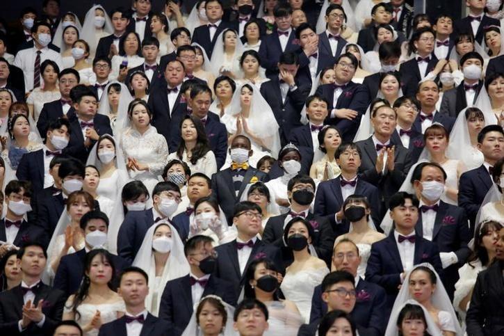 Mass wedding attracts thousands despite coronavirus fears