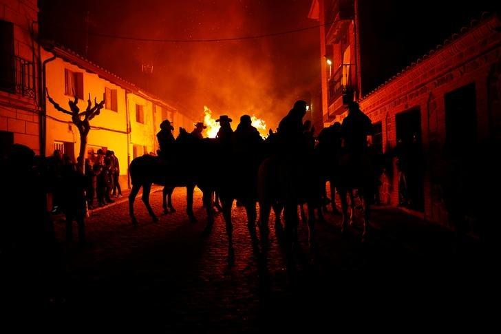horses jump over the fire to get purify