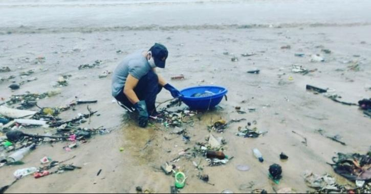 Randeep Hooda cleans Versova Beach in mumbai while wearing a face mask.