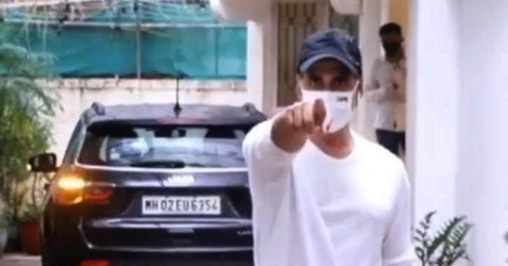 Concerned About His Safety, Akshay Kumar Scolds Photographer, Asks Him To Wear Mask On The Nose