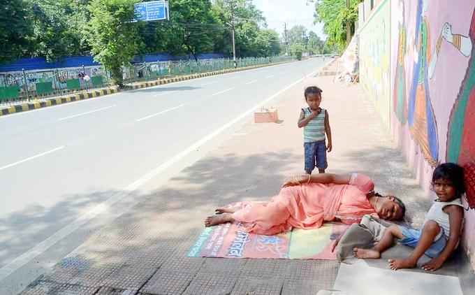 Sonu Sood helps homeless family.