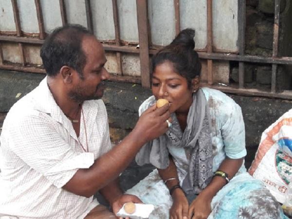 family living on footpath in mumbai