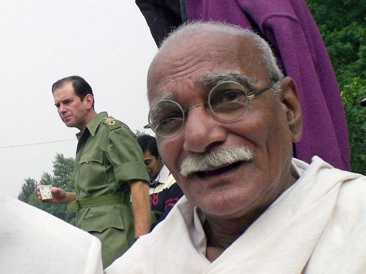 Surendra Rajan as Mahatama Gandhi.