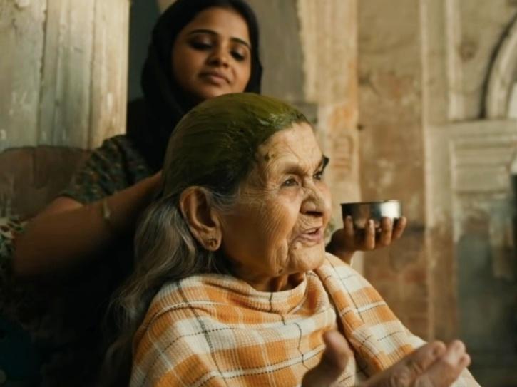 Farrukh Jafar as Begum in Gulabo Sitabo.