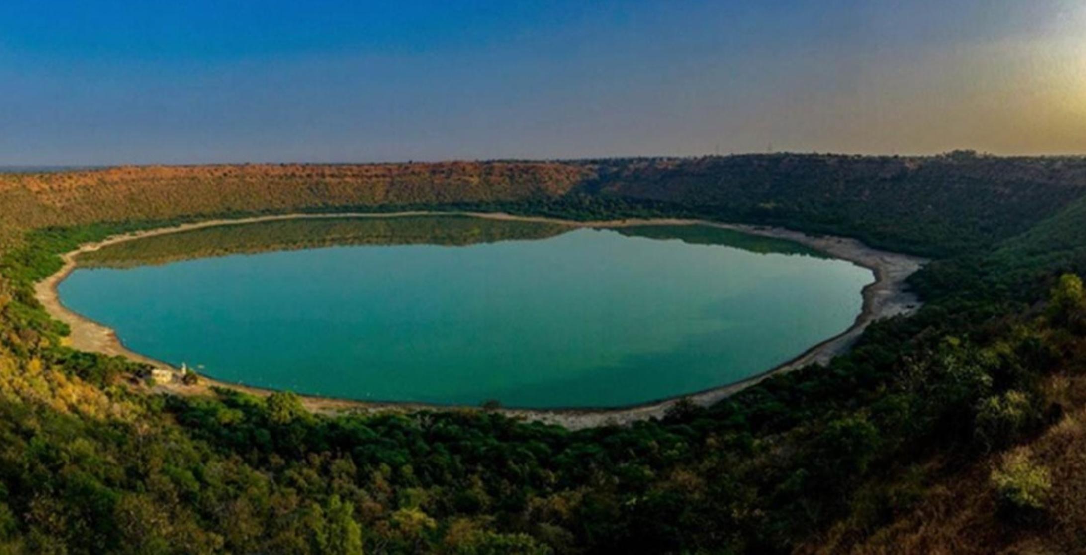 करीब 50,000 साल पुरानी लोनार झील का पानी हुआ लाल, कारण किसी को नहीं पता |  500 Year Old Lonar Lake in Maharashtra Turns Red