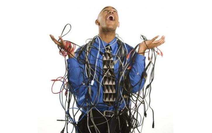 कंप्यूटर की तारों से हुई परेशानी, तब मिला USB का आईडिया