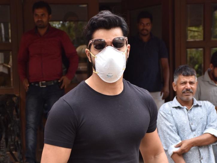 Varun Dhawan spotted wearing mask/Viral Bhayani