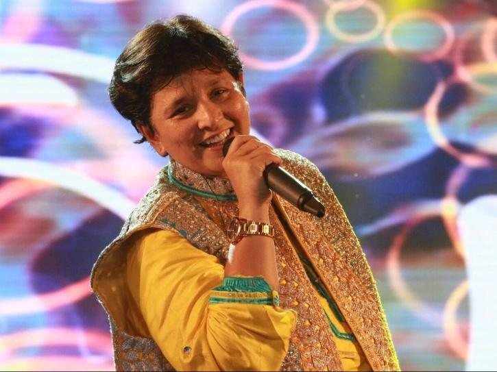 Falguni Pathak Entertains Neighbours From Her Balcony, Sings