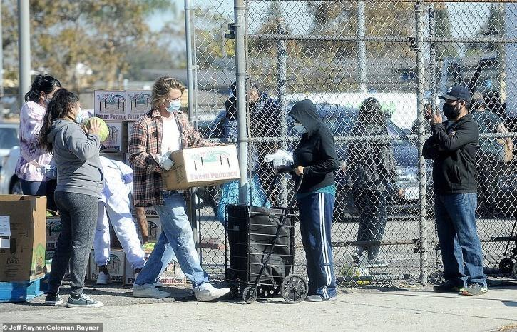 Brad Pitt distributing groceries / Daily Mail