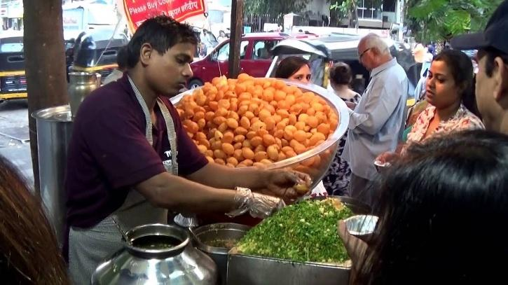 : A vendor in Maharashtra's Kolhapur has validated the fact the cleanliness and hygiene of street food is always questionable.