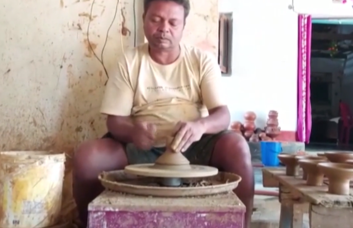 Chhattisgarh-based potter designs earthen lamp which stays lit up to 40 hours