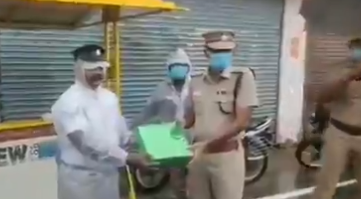 Constable Muthuraj - performing his duty, undeterred by the downpour, won many hearts on the internet.
