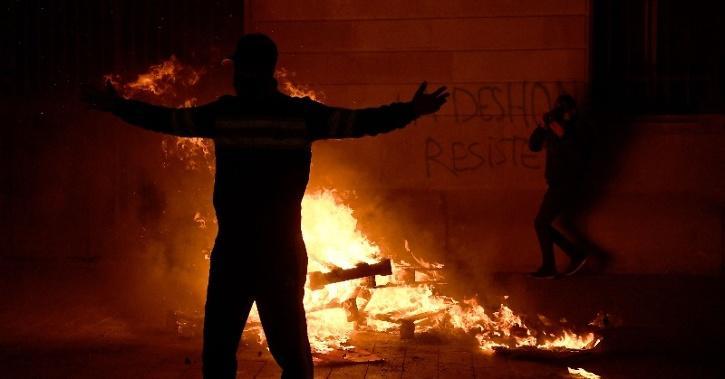 anti-lockdown-protesters-burn-bins-5fa0f9e3bee87
