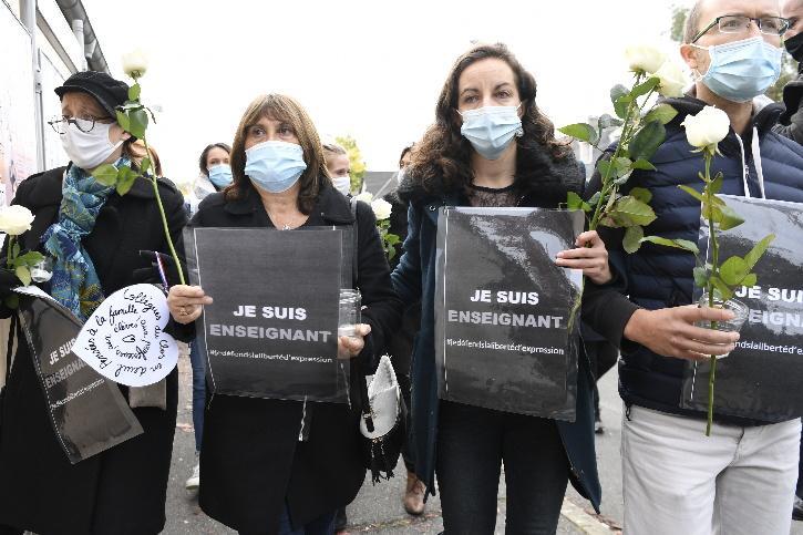 People protest against Paris beheading.