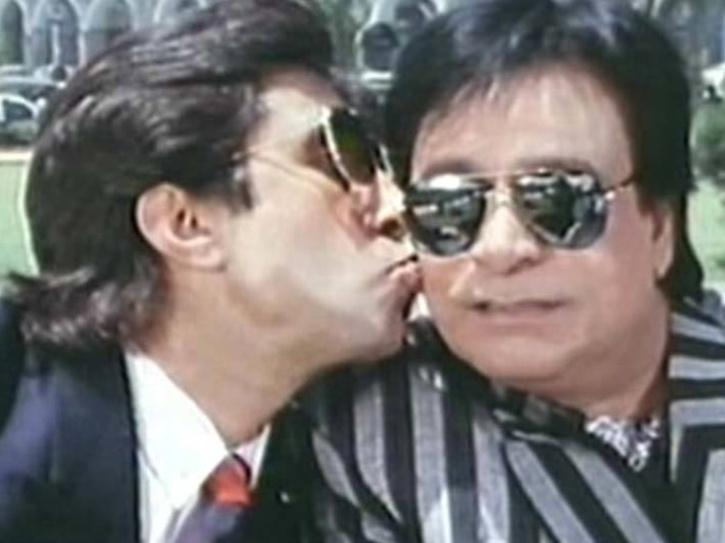 A still of Kader Khan Raman in Baap Numbri Beta Dus Numbri along with Shakti Kapoor.