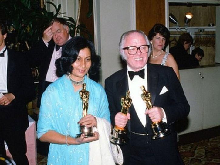 Bhanu Athaiya posing with John Mollo after Oscar win for Gandhi.