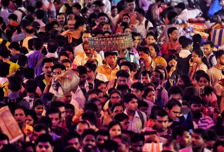 Crowd throngs market in Diwali