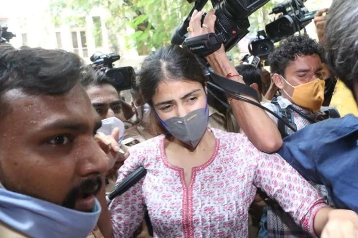 Rhea Chakraborty mobbed out NCB Office / Agencies